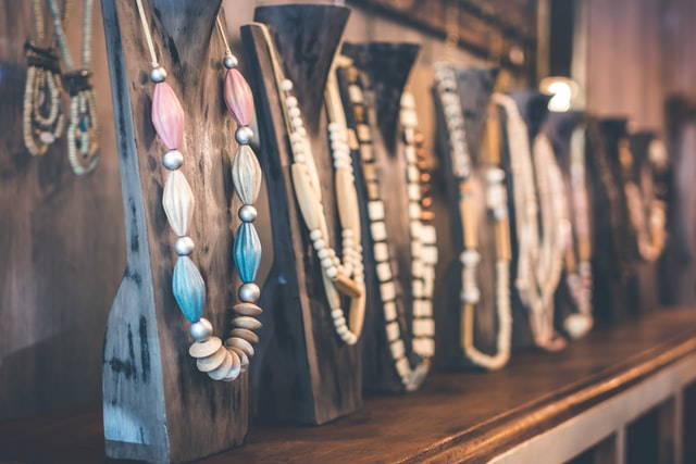 Vendre des bijoux dans des réunions commerciales